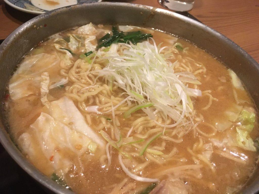 前田屋のもつ鍋の〆の縮れ麺
