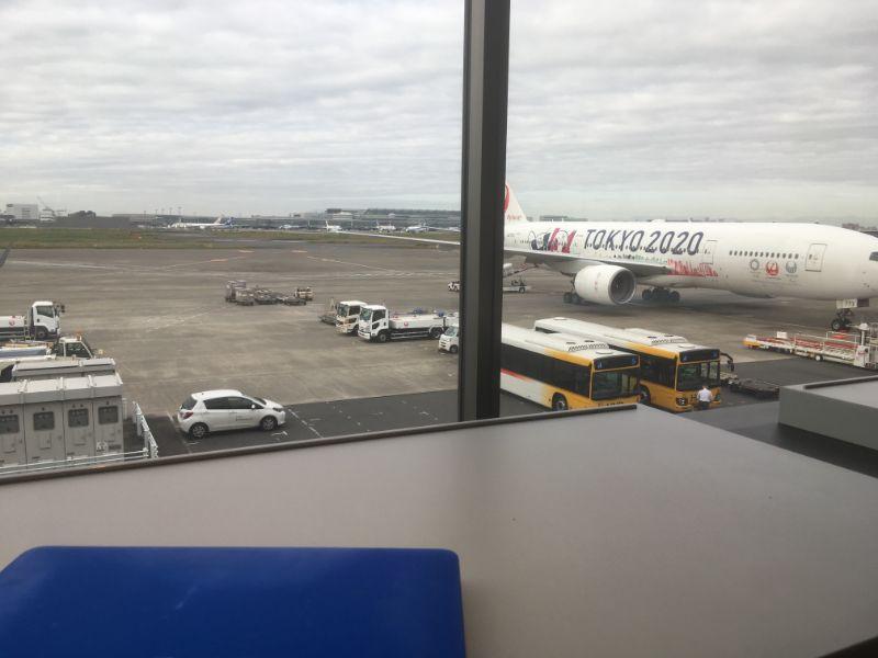 羽田空港パワーラウンジの窓側の席